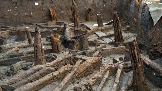 Os postes que sustentavam as casas