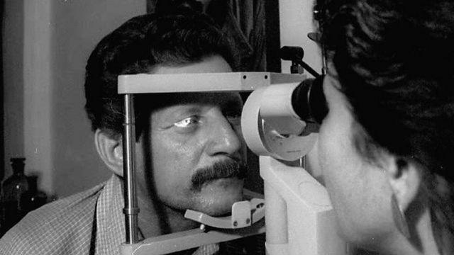 Médica examina paciente que perdió la visión en una clínica de Habana en 1993