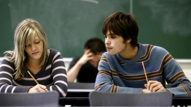 С помощью технологий у учащихся появляются возможности для мошенничества, а у преподавателей - возможности уличить их в этом