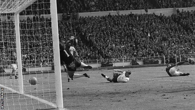 El tercer gol de Geoff Hurst a Alemania