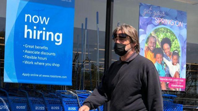 Loja oferecendo empregos na Califórnia