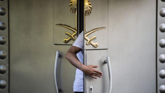 Двері генконсульства Саудівскої Аравії у Стамбулі