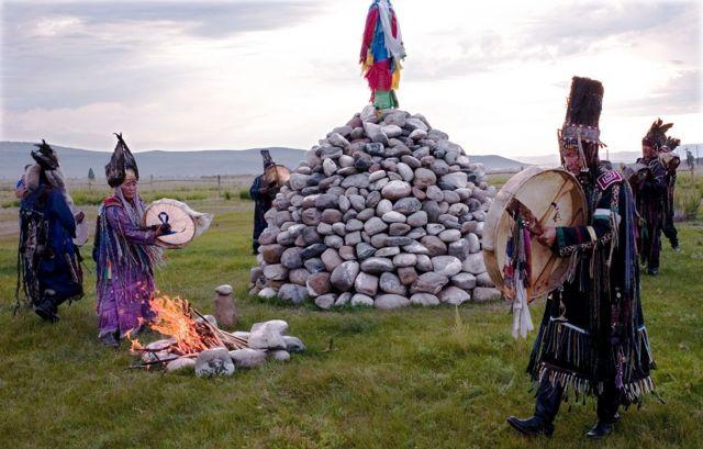 历史上唐努乌梁海所在地图瓦的萨满教徒在举行仪式。