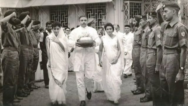 कर्नल तारापोर की अस्थियों के साथ उनकी बेटी ज़रीन और पत्नी