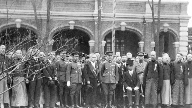 Rodeado de dignatarios, Henry Pu-Yi, ex emperador niño de Japón, se ve sentado, después de las ceremonias inaugurales que lo convirtieron en el gobernante del recién formado Estado de Manchukuo.