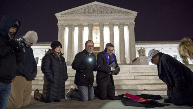 アントニン・スカリア最高裁判事の訃報を知り、連邦最高裁前で祈る人たち