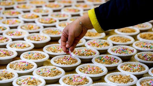 خلال تحضير القمح المزين بالمكسرات والحلويات في قرية عابود الفلسطينية، خلال عيد البربارة، العام الماضي