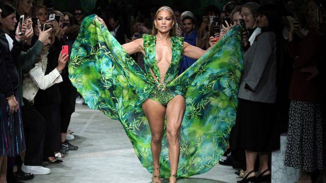 Jennifer Lopez, 50, luciendo el vestido.