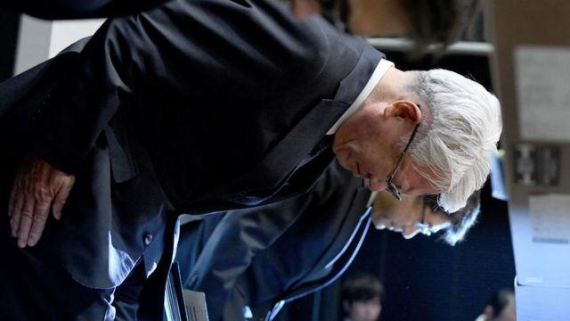 神戸製鋼の川崎博也会長兼社長(当時)はこの不祥事で引責辞任した