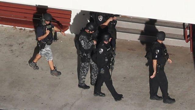 Policías en la secundaria Stoneman Douglas