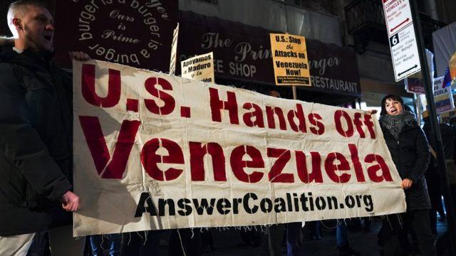 Simpatizantes del gobierno de Nicolás Maduro contra la intervención de Estados Unidos