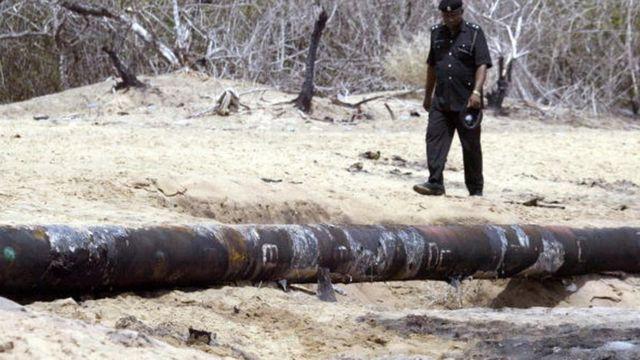 Policeman dey waka inspect oil pipeline wey explode