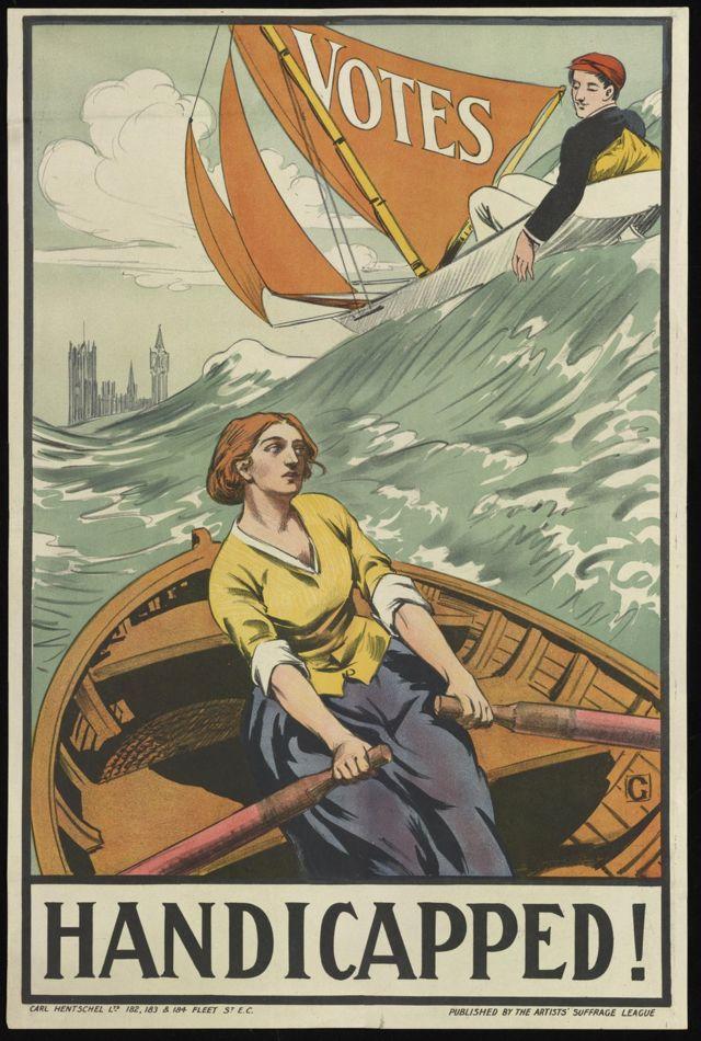 Женщина бореться с волнами, мужчина вальяжно проплывает мимо