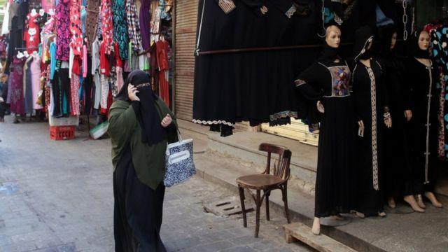 أصدرت السلطات المغربية تعليمات بمنع خياطة وتسويق النقاب في مختلف مدن البلاد