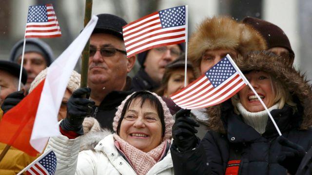 مواطنون بولنديون يحتفلون بوصول القوات الأمريكية في مدينة زاغان، شرقي بولندا، يوم السبت 14 يناير 2017