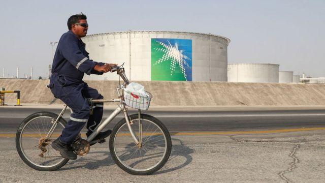 Un hombre maneja bicicleta en las instalaciones de la petrolera Aramco.
