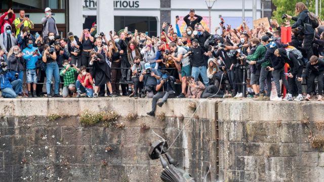 Manifestantes derrubam monumento em homenagem a Edward Colston em Bristol