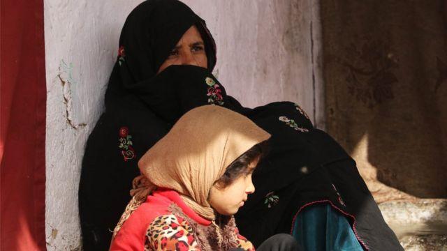 Uma mulher e uma criança no Afeganistão