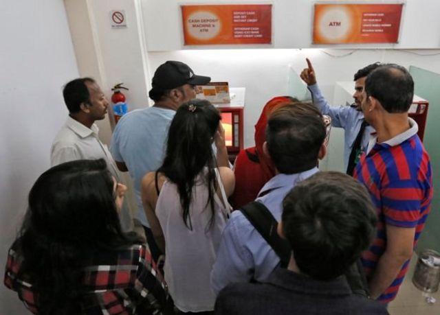 मुंबई के एक एटीएम पर भीड़