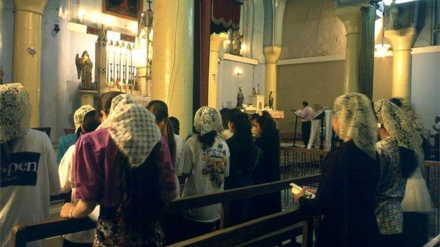 Mujeres rezando.