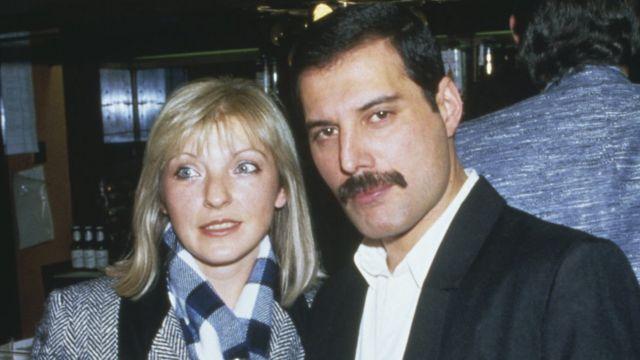 Freddie Mercury e Mary Austin em 1985