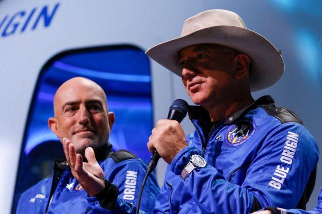 Марк Безос (слева) и Джефф Безос