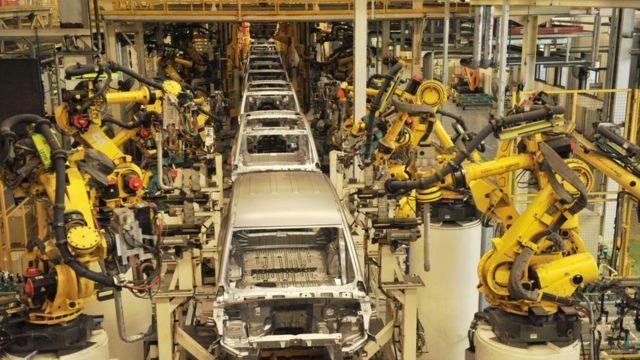 Robôs na linha de montagem de uma subsidiária da SGMW em Qingdao, na China