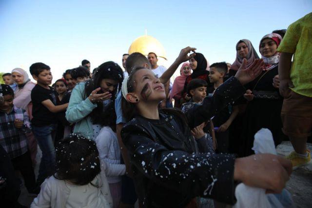 أطفال فلسطينيون شاركوا في الاحتفالات في باحة المسجد