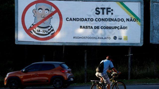 """Outdoor em Curitiba com os dizeres: """"STF: candidato condenado, não! Basta de Corrupção!! #SomosTodosLavaJato"""""""