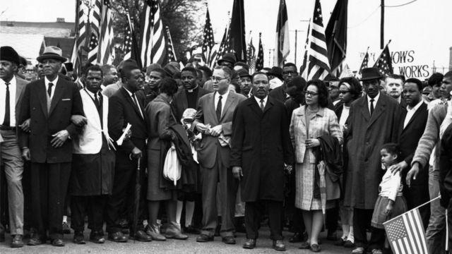 Imagen de una marcha a favor de los derechos de los afroestadounidenses en Selma, Alabama, en 1965. En el centro de la imagen se encuentran Martin Luther King y su esposa, Coretta Scott King.