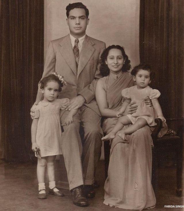 जहांगीर इंजीनियर अपनी पत्नी और दो बेटियों के साथ.