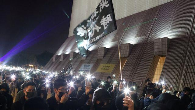 一些市民不看聖誕燈飾過節,而是舉起手機亮燈遊行爭取訴求。