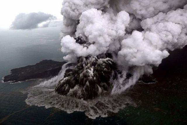 Foto aerial Gunung Anak Krakatau saat erupsi 23 Desember 2018