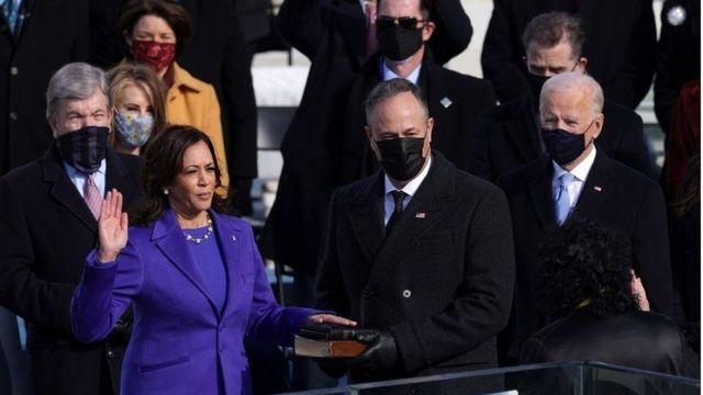 """Le président Biden : """"La démocratie est fragile, et à cette heure, mes amis, la démocratie l'a emporté"""""""