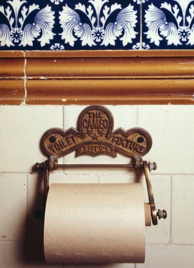 туалетная бумага в старинной уборной