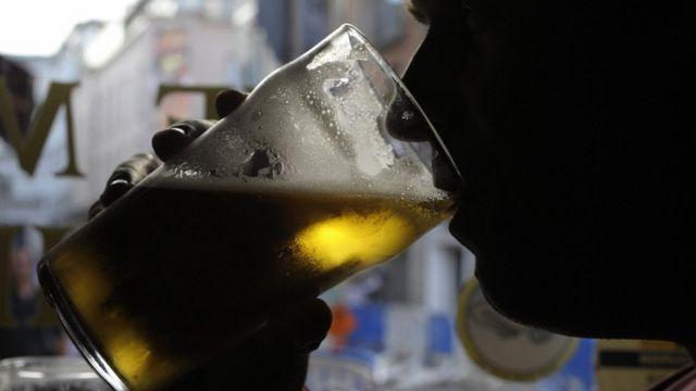 Cliente de un pub de Irlanda bebiendo cerveza