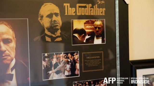 Entre os itens apreendidos estavam cartazes do filme O Poderoso Chefão