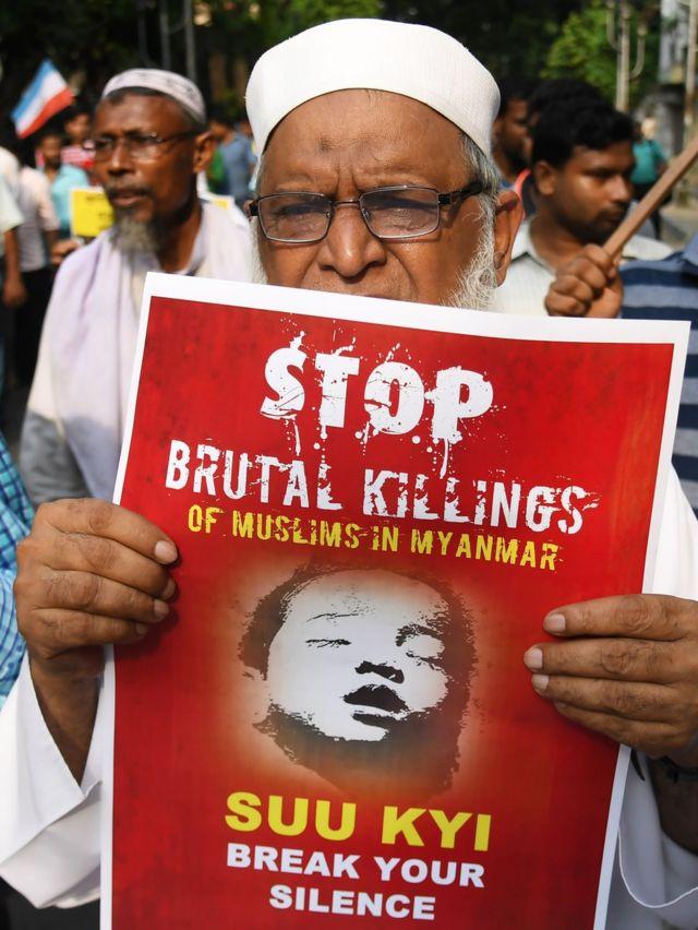 ロヒンギャ殺害をやめさせるようアウンサンスーチー氏に訴えるプラカードを手にした、ムスリム系インド人の活動家(7日、インド・コルカタ)