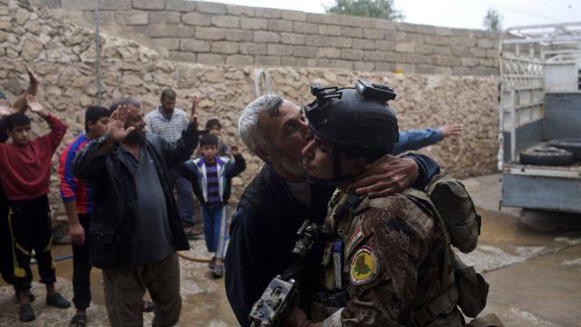 モスル東部の解放を喜ぶ市民ら(2日)