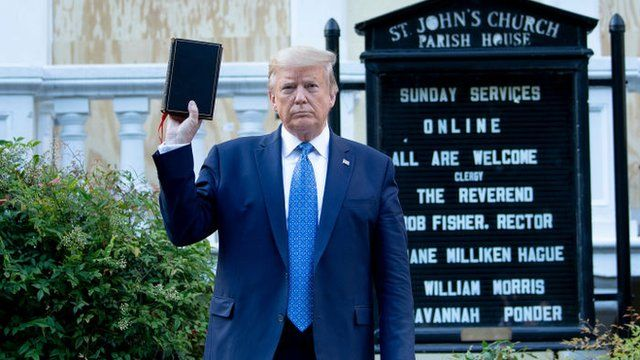 Trump con una biblia en la mano