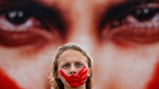 Mujer con boca roja