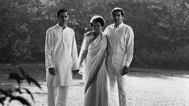 इंदिरा गांधी अपने बेटों राजीव और संजय गांधी के साथ