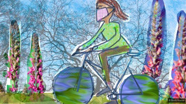 महिलाले मास्क लगाएर साइकल चलाएको चित्र