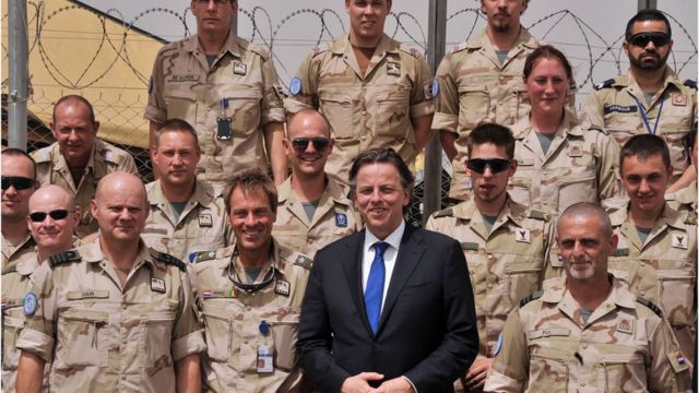 Le Ministre hollandaise des Affaires Etrangères, Bert Koenders au milieu des casques bleus néerlandais dans un camp de la MINUSMA le 14 avril 2016.