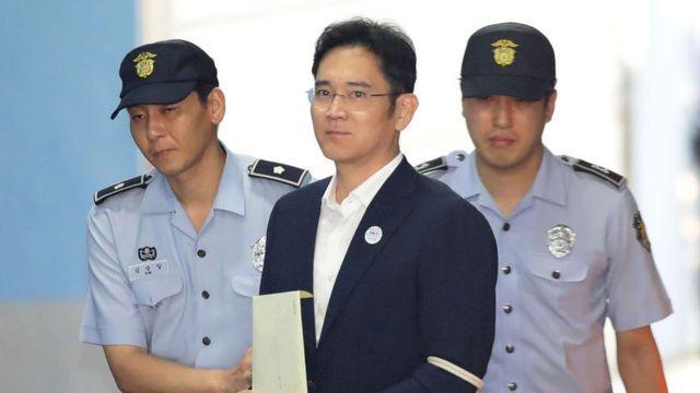 """Lee Jae-yong, el heredero de Samsung que fue condenado a la cárcel por  sobornar a """"la Rasputina surcoreana"""" - BBC News Mundo"""