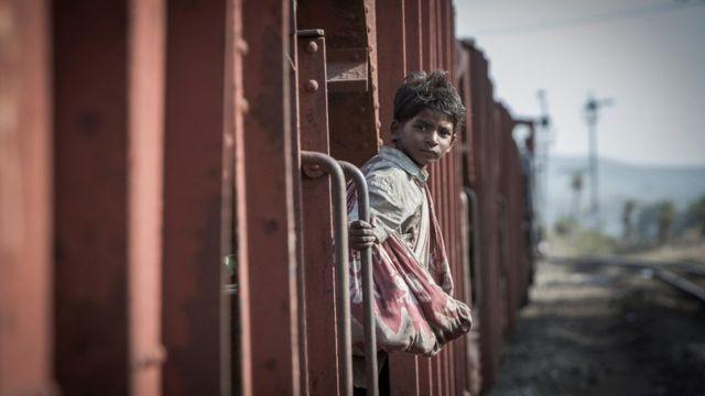 Oscar 2017 Lion La Fascinante Historia De Un Joven Indio Que Encontró A Su Familia Gracias A Google Earth Bbc News Mundo