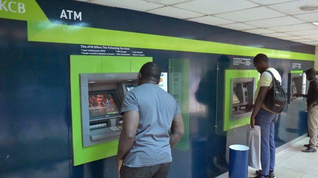 Abari gukoresha imashini zitanga amafaranga, ATM, i Nirobi muri Kenya