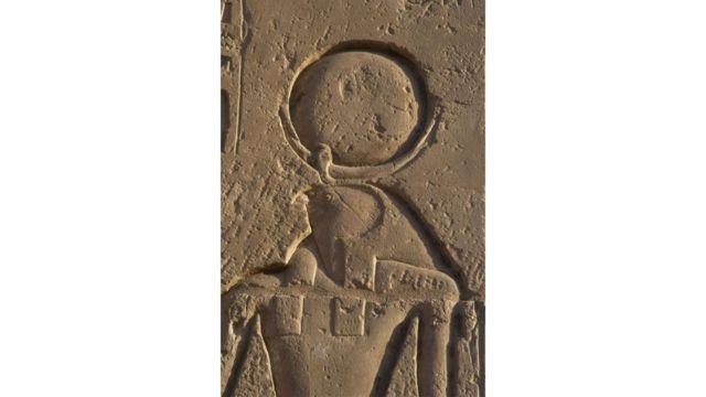 A divindade egípcia Rá retratada com um círculo representando o Sol