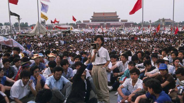 柴玲(站立者)在天安門廣場上向其他學生講話(28/5/1989)