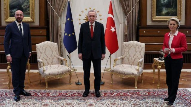 Cumhurbaşkanı Recep Tayyip Erdoğan'ın dün Ankara'da Avrupa Konseyi Başkanı Charles Michel ve Avrupa Komisyonu Başkanı Ursula von der Leyen'le yaptığı görüşme sırasında Ursula von der Leyen'ın ayakta kalması tepki çekti.